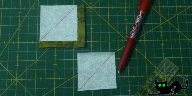 Colocamos primero uno de los cuadrados de tela de fondo