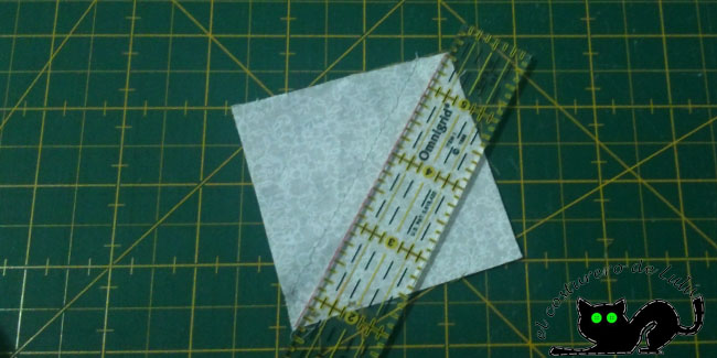 Cortamos las piezas de los cuadrados formados por triángulos