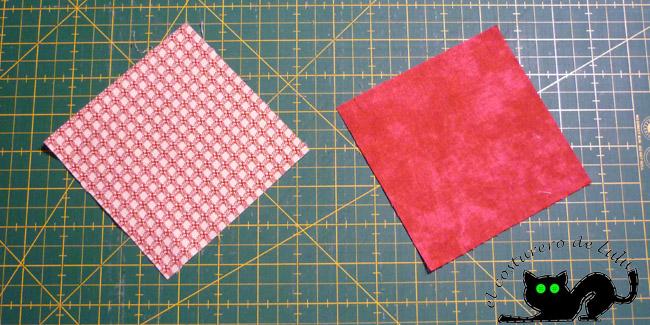 Cortamos los dos cuadrados de tela
