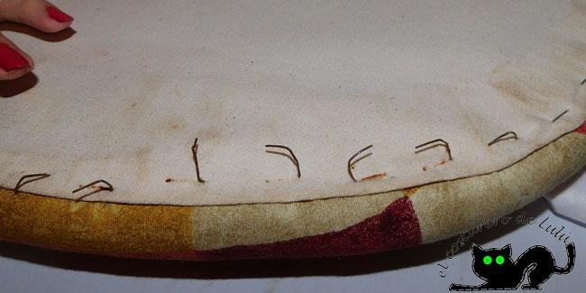 Quitamos las grapas del antiguo tapizado