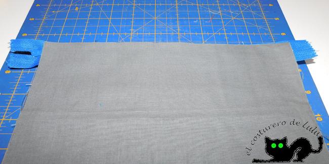 Colocamos la tela interior sobre la cremallera
