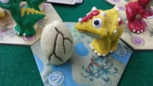 El pobre triceratops amarillo se quedó así simplemente estando cerca, imaginad el poder corruptor del Huevo del Mal.