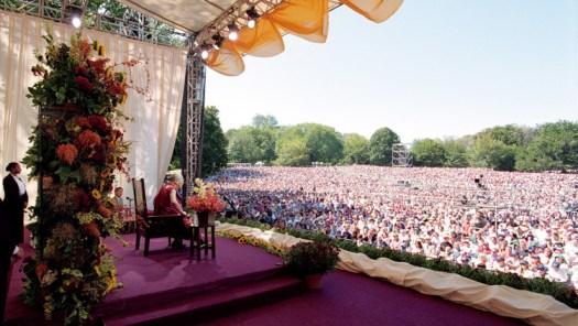 El Dalai Lama hablando sobre la paz y la felicidad interior a una multitud de 60.000 personas en Central Park, Nueva York, EE.UU., el 21 de septiembre de 2003. (Foto de Manuel Bauer)
