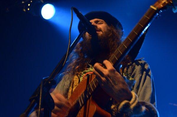 Sebastian Pringle, vocalista y guitarrista de la agrupación inglesa, Crystal Fighters