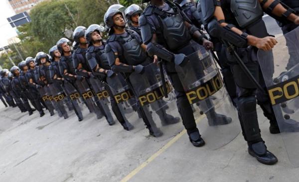 La policía brasileña ha mantenido constantes enfrentamientos con los manifestantes; uno de ellos durante la inauguración del Mundial de Futbol / Foto: lamula.pe