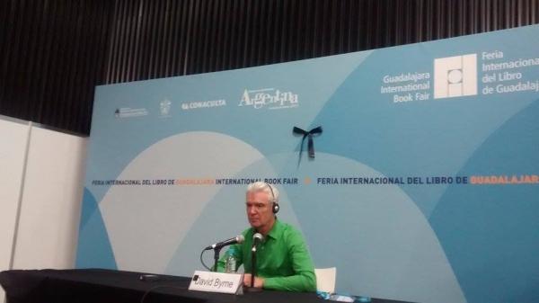 David Byrne presentando su libro Cómo hacer música en conferencia de prensa durante la FIL