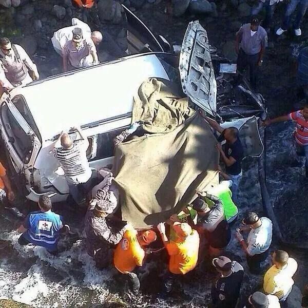 Brigadistas y agentes sacando el cadáver del general De la Cruz Martínez. Foto: Fuente externa.