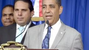 El candidato a senador Dominicano en el EE.UU,el señor Adriano Espaillat,en rueda de prensa en el salón Orlando Maritnez,del palacio nacional/foto José de León