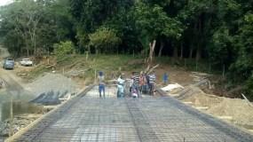 Comunitarios construyen puente con sus propios recursos en Peralvillo