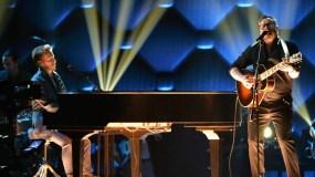 MIAMI, FL - FEBRUARY 18:  Sin Bandera performs onstage during Univision's 28th Edition of Premio Lo Nuestro A La Musica Latina on February 18, 2016 in Miami, Florida.  (Photo by Rodrigo Varela/Getty Images For Univison Communications)