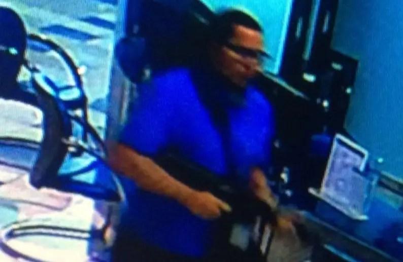 Brayan Félix Paulino durante el asalto a una  sucursal bancaria.