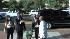 Abogado Robert Valdez, a su llegada a la Procuraduría con documentos de Odebrecht.