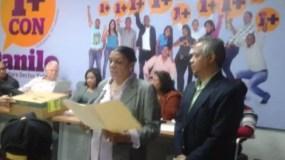 En las redes sociales circula esta foto donde se ve a Margarita Meleciano dando lectura al acta de la rifa Ciudadanos con Danilo.