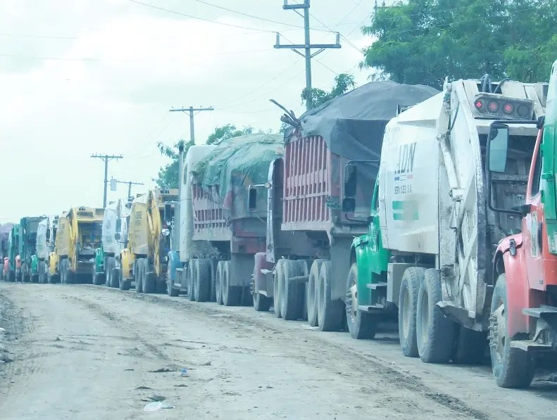 Largas filas de camiones  se han registrado en los últimos días en el vertedero de Duquesa.