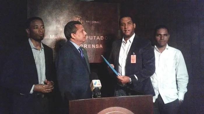 El abogado Guillermo Peña hace entrega al diputado Fidel Santana (Frente Amplio) del proyecto de ley donde se plantea exhumar los restos del general Pedro Santana del Panteón Nacional.