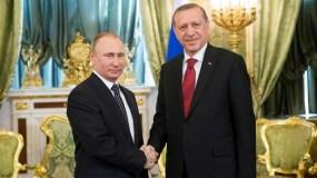 El presidente ruso, Vladímir Putin, da la bienvenida a su homólogo turco, Recep Tayyip Erdogan, durante su reunión en el Kremlin en Moscú (Rusia). AFP