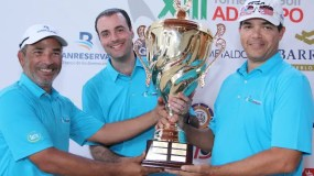 Álvaro Sousa Sevilla premia a Dennis Batista y Julio Cross.