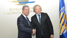 El expresidente dominicano Leonel Fernández y Luis Almagro, secretario general de la OEA.