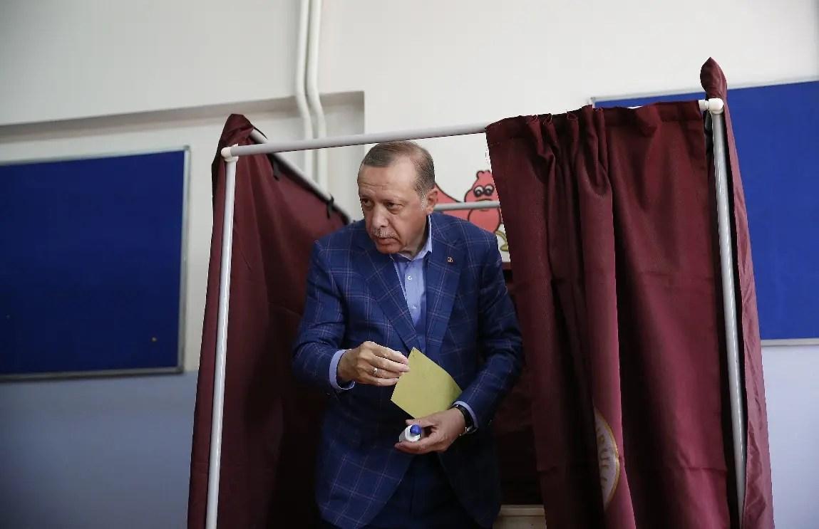 Trump llama y felicita a Erdogan tras ganar controvertido referéndum en Turquía