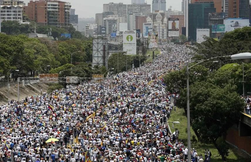 Manifestantes contrarios al gobierno marchan por una autopista en Caracas, Venezuela.  AP