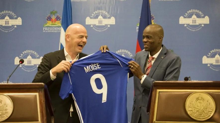 El presidente de Haití, Jovenel Moise, recibe una camiseta con su nombre, del presidente de la FIFA, Gianni Infantino, durante una conferencia de prensa conjunta en el Palacio Nacional de Puerto Príncipe, Haití. AP