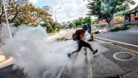 Los activistas de la oposición venezolana chocan con las fuerzas policiales durante una manifestación contra el presidente Nicolás Maduro en Caracas