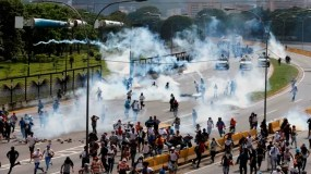 La Guardia Nacional Bolivariana lanza gases lacrimógenos contra manifestantes.