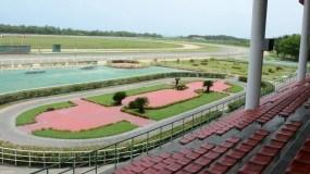 Así luce la pista de competencia y la parte frontal del Hipódromo Quinto Centenario, en donde se realizan carreras martes y sábado.