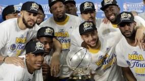 Jugadores de los Warriors de Golden State celebran con el trofeo de  campeones Conferencia Oeste.
