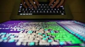 Un programador descriptando el código fuente del ransomware WannaCry.