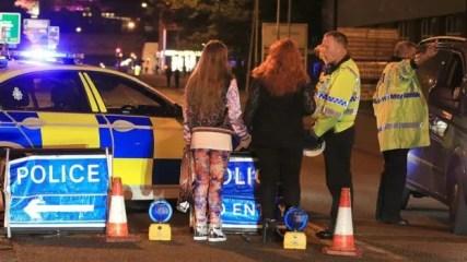 Una joven herida sale escoltada por varios agentes de policía minutos después del ataque al Manchester Arena.