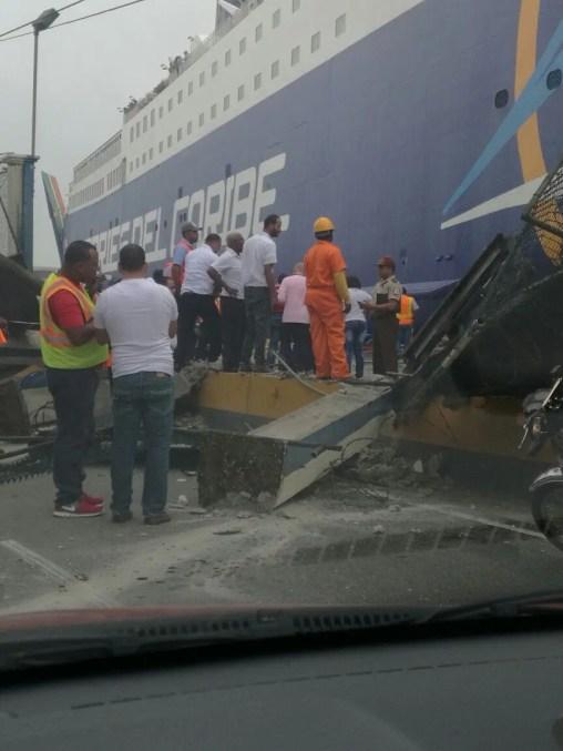 El ferry choca con pared del puerto en avenida Francisco Alberto Caamaño. Foto: @Telenoticiasrd.
