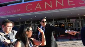 La gente evacua el Palacio del Festival después de que la policía francesa encontró un paquete sospechoso durante la 70 edición del Festival de Cannes en Cannes, sur de Francia. AFP