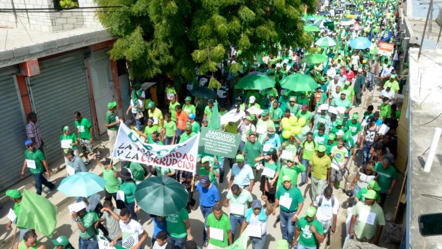 Miles de personas Recorririeron las principales calles de Azua, en apoyo al movimiento verde en contra de la corrupcion y la impunidad. Foto: Elieser Tapia.