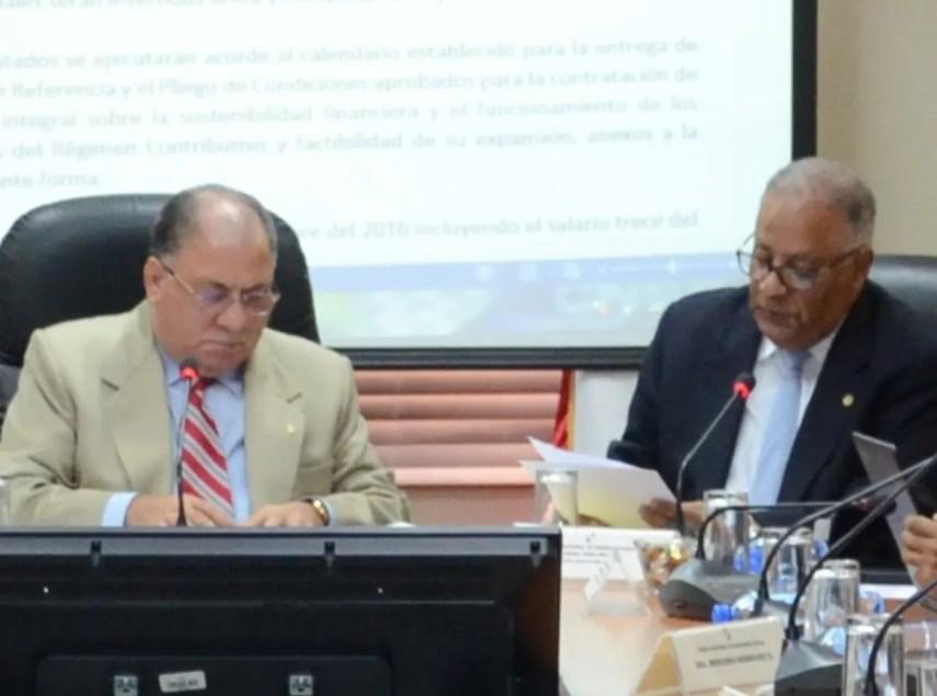 El ministro de Trabajo, José Ramón Fadul, y Rafael Pérez Modesto encabezaron la reunión del CNSS.