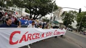 Decenas de manifestantes aglutinados en el movimiento Ciudadanos Contra la Impunidad (CCI-Panamá) marcharon hasta la sede de la Procuraduría General de la Nación (PGN, Fiscalía General) con pancartas, telas y gritando consignas.