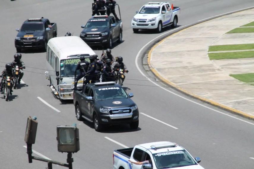 Los imputados son trasladados bajo fuertes medidas de seguridad. Foto: Carlos Díaz.