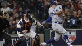Joc Pederson, de los Angeles Dodgers' batea  home run durante el juego cuatro de la Serie Mundial. AP