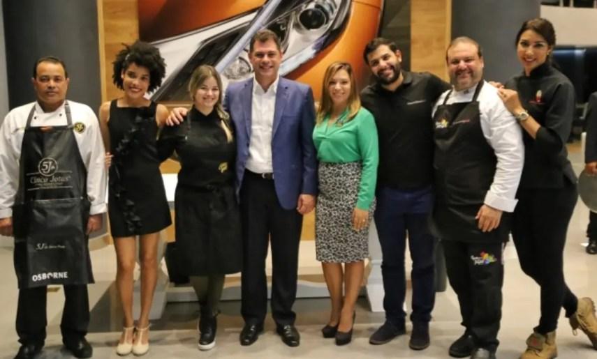 Ejecutivos de Santo Domingo Motors junto a  los chefs que participaron en el encuentro.