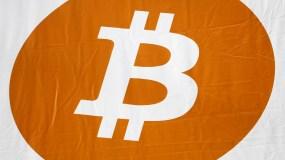 La moneda virtual alcanzó los 15.500 dólares hacia las 14H30 GMT, un nuevo récord histórico, según datos reunidos por la agencia Bloomberg.