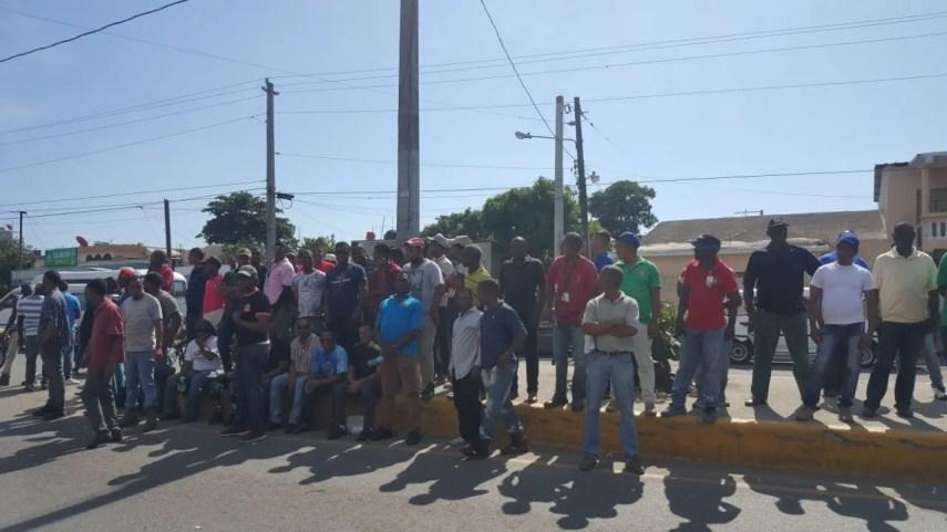 La decisión fue  anunciada por representantes de Fenatrado a los miles de transportista que estaba reunidos en el Puerto de Haina, Foto: Degnis De León.