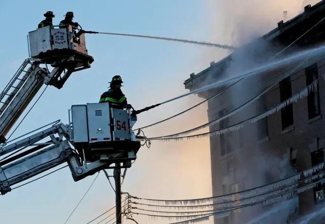 Los bomberos luchan contra el incendio en un edificio del Bronx en la ciudad de Nueva York. AP