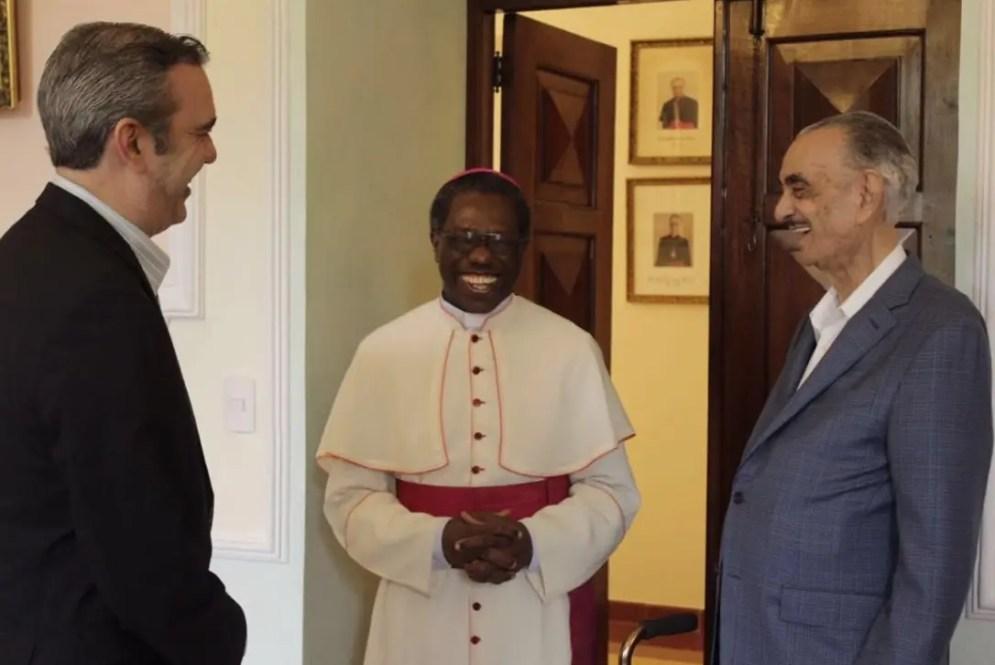 Luis Abinader y su padre José Rafael, junto al nuncio apostólico  monseñor Jude Thaddeus Okolo, durante una visita de cortesía que   hicieran a la residencia del  representante del Papa  en el país.  FUENTE EXTERNA