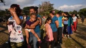 Los migrantes que forman parte de la caravana en una fila para comer el martes en la ciudad de Oaxaca, México.