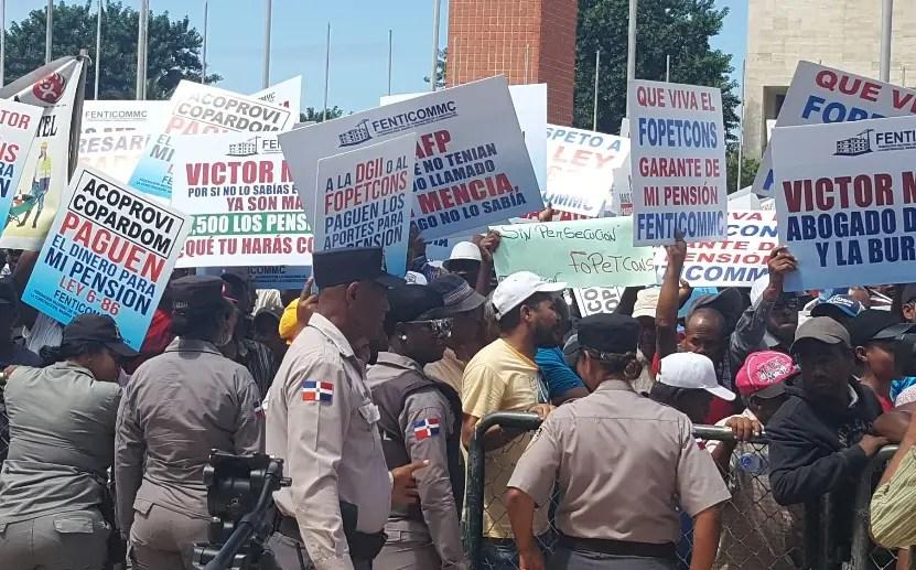 Manifestantes  con pancartas piden  no aprobar ley.  josé de león.