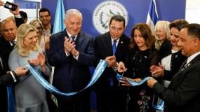Guatemala se convirtió hoy en el segundo país en abrir embajada ante Israel en Jerusalén, dos días después de Estados Unidos, en presencia del presidente del país, Jimmy Morales, quien se ve aquí en el centro cortando una cinta simbólica.