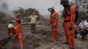"""Rescatistas del grupo de rescate """"Topos de México"""" buscan personas desaparecidas del volcán de Fuego o erupción del """"Volcán de Fuego"""" en San Miguel Los Lotes, el sábado 9 de junio de 2018. AP"""