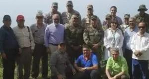 El ministro de Defensa, Paulino Sem, junto a altos oficiales militares que realizaron un recorrido por la frontera con ejecutivos de medios periodísticos.