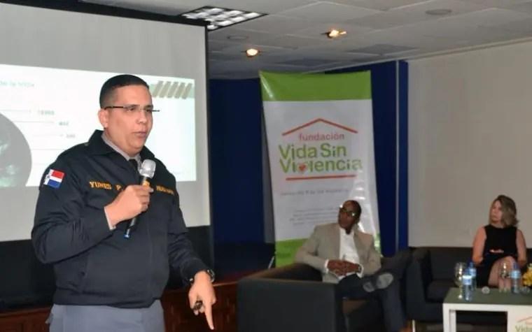 El general Licurgo Yunes explicó a los estudiantes  sobre los distintos tipos de delitos cibernéticos que abundan.