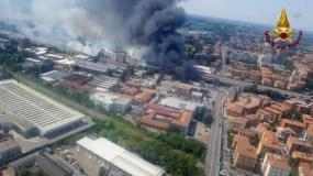 En esta foto distribuida por los bomberos italianos, se ve desde un helicóptero la explosión de un camión cisterna que transportaba gas en una autopista en las orillas de Bolonia, Italia,